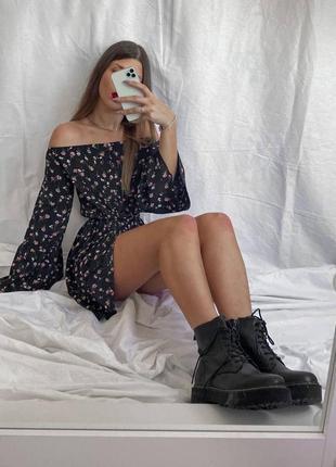 Чёрное цветочное платье мини с оголенными плечами