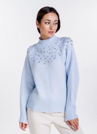 Женский вязаный свитер с бусинами светло голубой