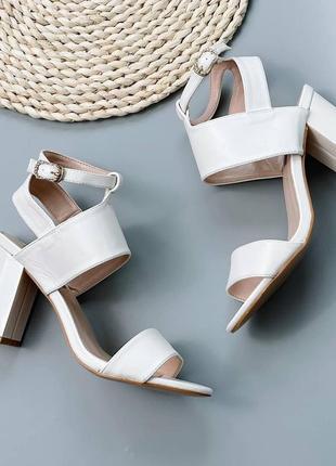 Белые летние босоножки на каблуке