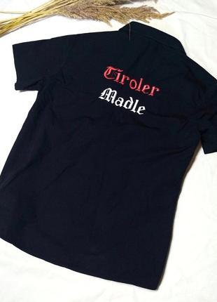 Черная рубашка с надписью сзади
