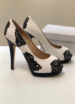 Белые лаковые натуральные туфли. ажурный узор.