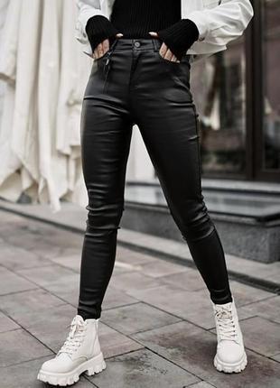 Модные джинсы с напылением экокожи