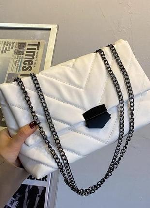 Белая стёганая сумка на цепочке