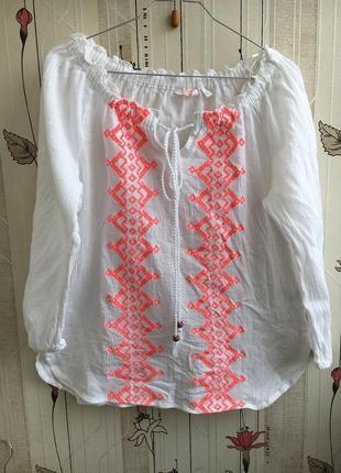 Белая блузка жатка с неоновой вышивкой