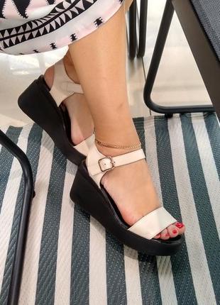 Бежевые кожаные женские ботинки на платформе