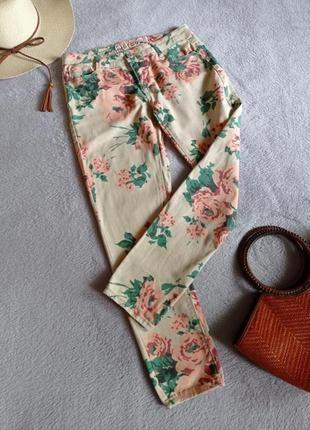 Яркие джинсы с цветочным принтом