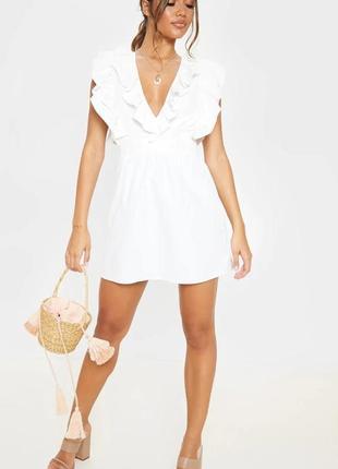 Белое платье с плиссированной юбкой с оборками на спине
