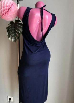 Женственное платье с вырезом на спине