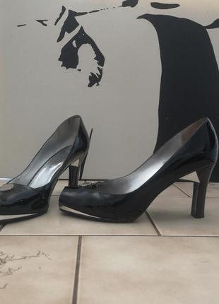 Изумительные туфли versus. италия. оригинал.