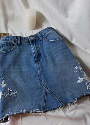Джинсовая юбка с рваным краем