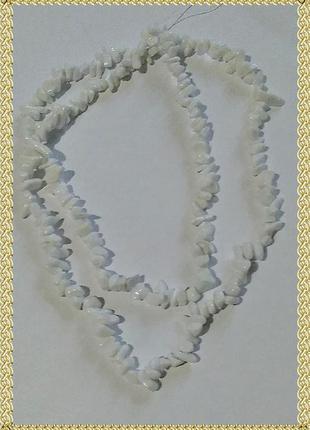 Длинные бусы из камней белого агата