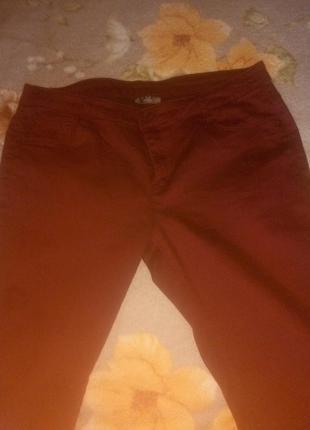 Красивые,чуть зауженные бордовые джинсы