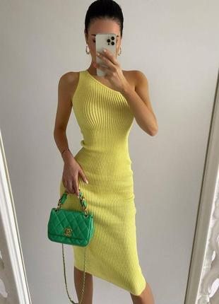 Платье в рубчик на одно плечо желтое