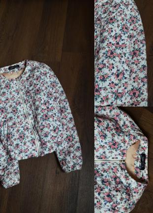 Белая куртка с цветочным принтом бомбер