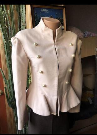 Нежно розовый пиджак куртка с жемчужными бусинками
