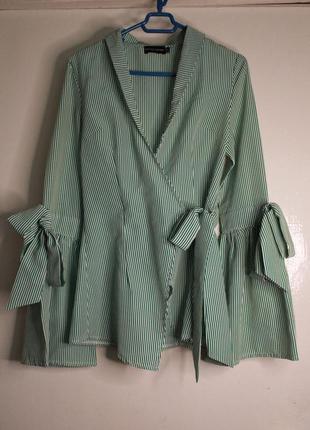 Модная блузка-рубашка prettylittlething зеленая в полоску на запах с широкими рукавами рюшами xs/34