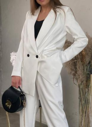 Белый женский брючный костюм с двубортным пиджаком