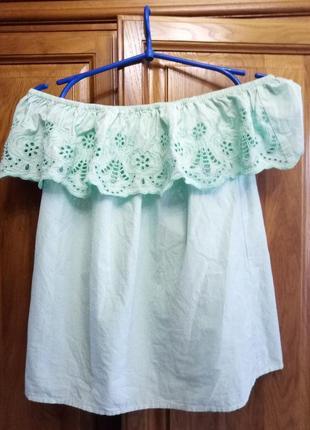 Хлопковая блузка со спущенными плечами и вышивкой ришелье на волане