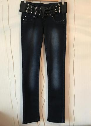Темно-синие джинсы прямого кроя