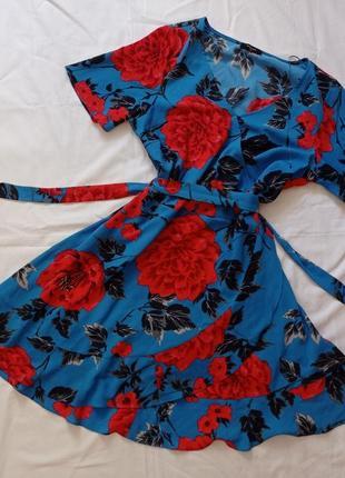 Яркое голубое красное летнее мини платье с имитацией запаха в цветочный тропический принт papaya asos с коротким рукавом на запах