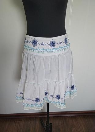 Белая юбка с вышивкой