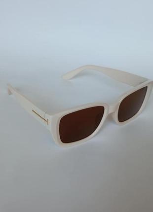 Солнцезащитные очки бежевые с коричневой линзой
