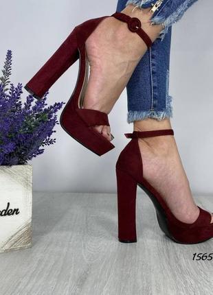 Бордовые босоножки на каблуке и платформе