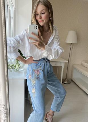 Голубые джинсы с вышивкой цветы
