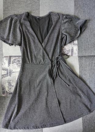 Стильное коктейльное платье на запах. блестит
