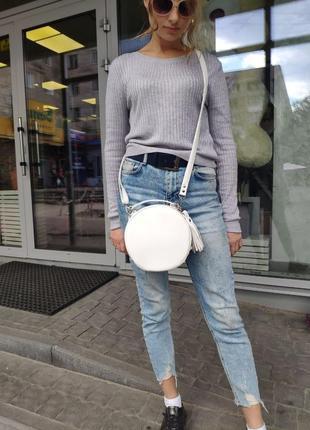 Белая молодежная круглая сумка через плечо