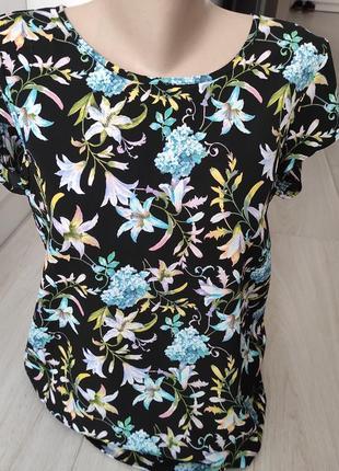 Фирменная блуза в цветы.
