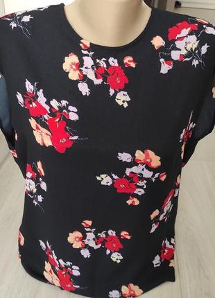 Стильная фирменная  блуза в цветы.