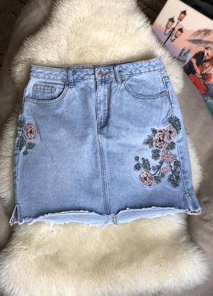 Джинсовая юбка с вышивкой голубая