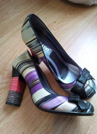 Яркие брендовые туфли на устойчивом каблуке.