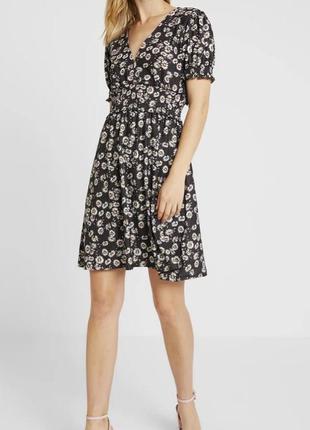 Gina tricot игривое милое платье в ромашки с актуальным вырезом
