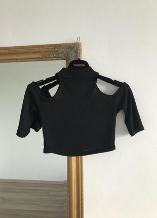 Чёрный укороченый топ в рубчик с открытыми плечами дырками