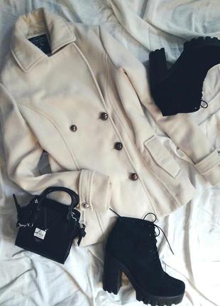 Стильное теплое укороченное пальто белого цвета