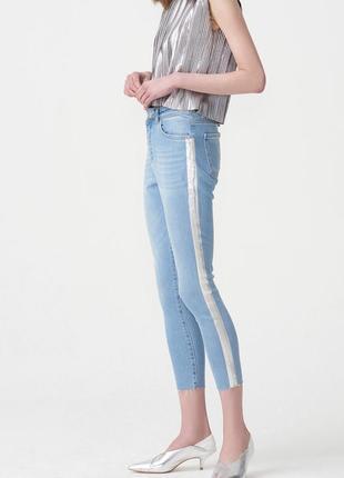 Голубые джинсы с лампасом