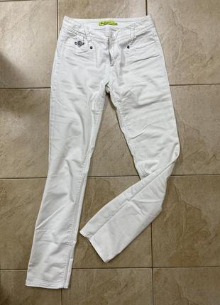 Белые летние джинсы с заниженной талией