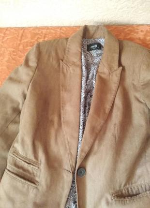 Коричневый пиджак с плечиками
