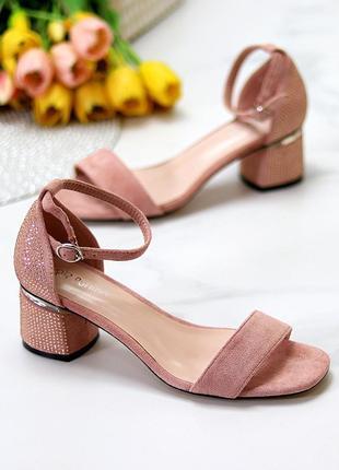 Босоножки розовые на каблуке со стразами
