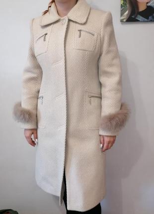 Молочне пальто з натуральним хутром