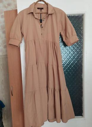 Трендовое платье ярусами бежевого цвета, рукава фонарики