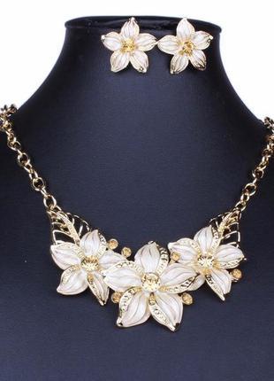 Элегантное ожерелье колье с серьгами белые цветы