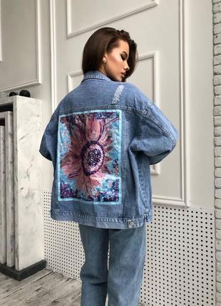 Джинсовка оверсайз с принтом на спине. джинсовая куртка