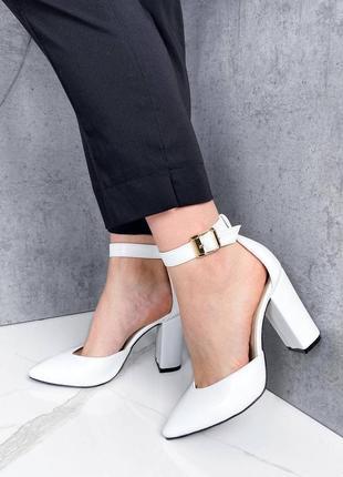 Обалденные женские кожанные белые туфли  на устойчивом каблуке
