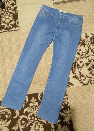 Красивые голубые джинсы