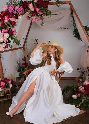 Атласное свадебное платье со съемными рукавами и разрезом