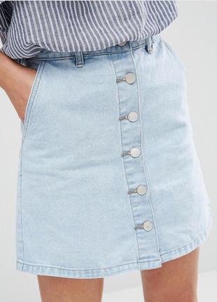 Голубая короткая джинсовая юбка мини на резинке с кнопками по середине трапеция с карманами