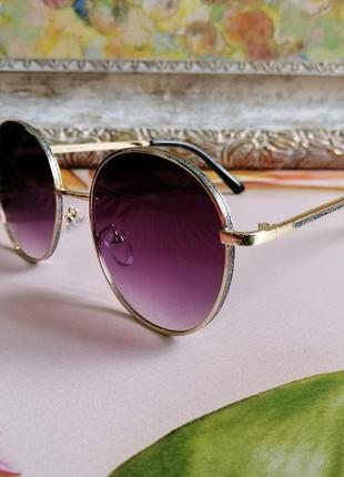 Стильные солнцезащитные округлые женские очки с блёстками по краю оправы и на дужках